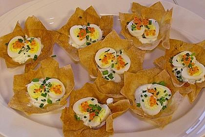 Wachteleier mit Crème fraîche und Forellenkaviar im Filoteigkörbchen 8