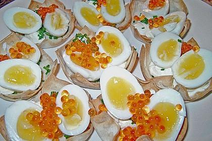 Wachteleier mit Crème fraîche und Forellenkaviar im Filoteigkörbchen