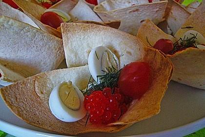 Wachteleier mit Crème fraîche und Forellenkaviar im Filoteigkörbchen 9
