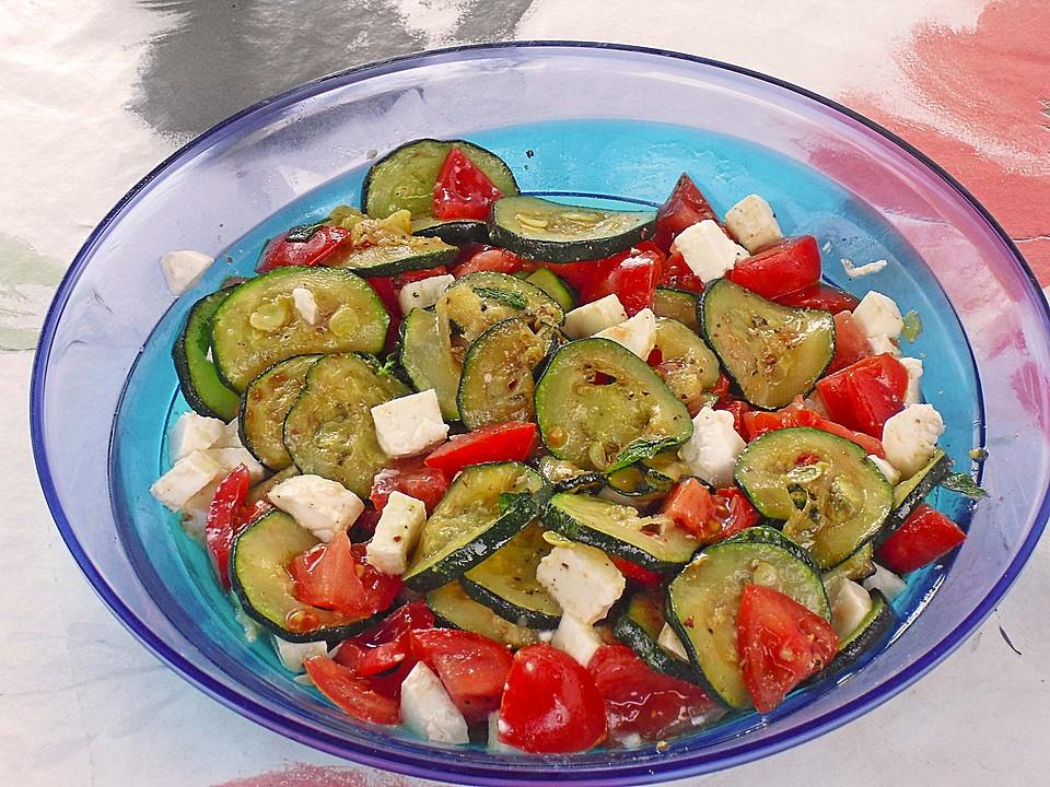 leichter zucchini tomaten mozzarella salat von basch. Black Bedroom Furniture Sets. Home Design Ideas