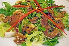 Bunter Salat mit Schweinefilet, Champignons und Walnüssen