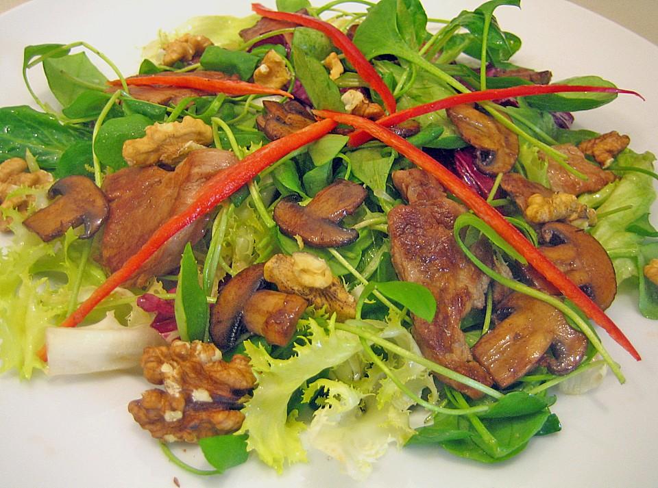 Salat mit walnussen und pilzen