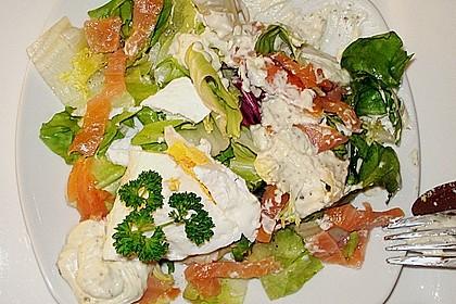 Pochierte Eier im Salatnest mit Räucherlachsstreifen und Kresse 9