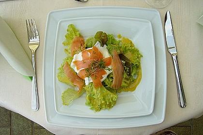 Pochierte Eier im Salatnest mit Räucherlachsstreifen und Kresse 2