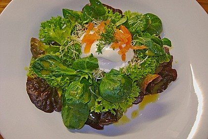 Pochierte Eier im Salatnest mit Räucherlachsstreifen und Kresse 1