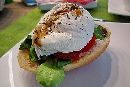 Pochierte Eier im Salatnest mit Räucherlachsstreifen und Kresse 4