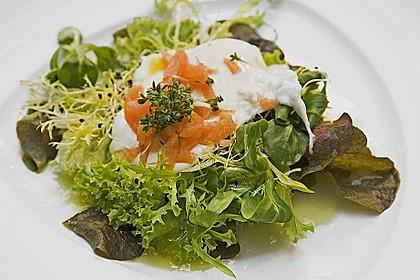 Pochierte Eier im Salatnest mit Räucherlachsstreifen und Kresse 0