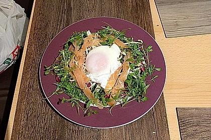 Pochierte Eier im Salatnest mit Räucherlachsstreifen und Kresse 5