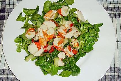 Surimi auf Feldsalat