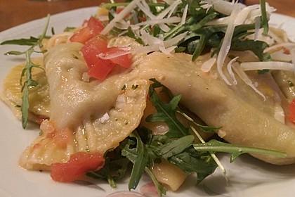 Ravioli, gefüllt mit Mozzarella, getrockneten Tomaten und Rucola 10