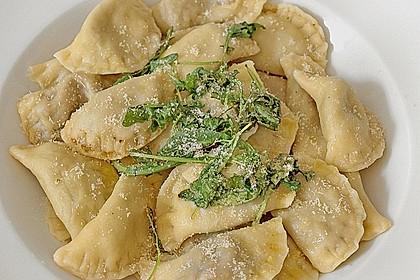 Ravioli, gefüllt mit Mozzarella, getrockneten Tomaten und Rucola 31