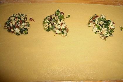 Ravioli, gefüllt mit Mozzarella, getrockneten Tomaten und Rucola 36