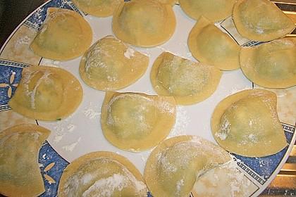 Ravioli, gefüllt mit Mozzarella, getrockneten Tomaten und Rucola 20