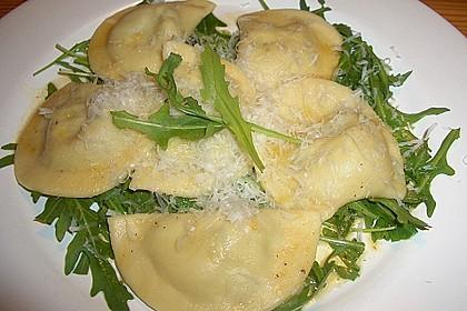 Ravioli, gefüllt mit Mozzarella, getrockneten Tomaten und Rucola 13