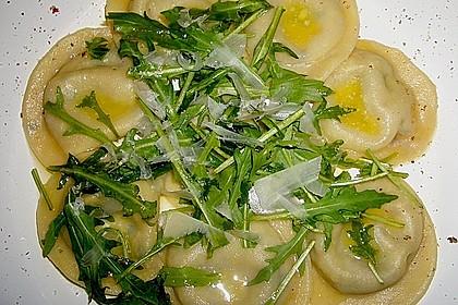 Ravioli, gefüllt mit Mozzarella, getrockneten Tomaten und Rucola 4