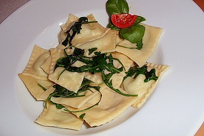 Ravioli, gefüllt mit Mozzarella, getrockneten Tomaten und Rucola 9