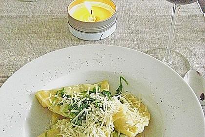 Ravioli, gefüllt mit Mozzarella, getrockneten Tomaten und Rucola 12