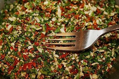Ravioli, gefüllt mit Mozzarella, getrockneten Tomaten und Rucola 24