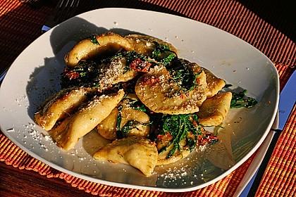 Ravioli, gefüllt mit Mozzarella, getrockneten Tomaten und Rucola 6