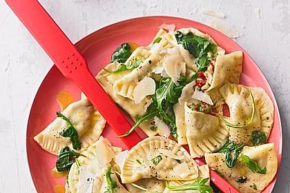 Ravioli, gefüllt mit Mozzarella, getrockneten Tomaten und Rucola 33