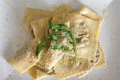 Ravioli, gefüllt mit Mozzarella, getrockneten Tomaten und Rucola 7