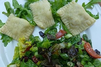 Ravioli, gefüllt mit Mozzarella, getrockneten Tomaten und Rucola 30