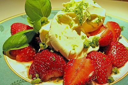 Marinierte Erdbeeren mit  Creme fraiche und Basilikum - Limettenzucker