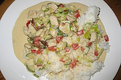 Putenmedaillons in cremiger Gemüsesauce mit Gelbreis 65