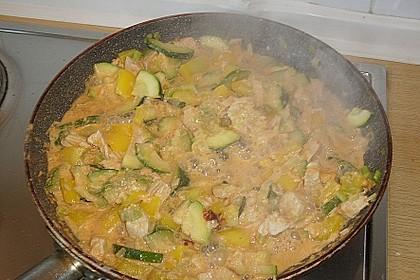 Putenmedaillons in cremiger Gemüsesauce mit Gelbreis 60
