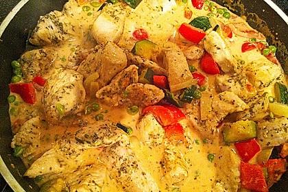 Putenmedaillons in cremiger Gemüsesauce mit Gelbreis 33