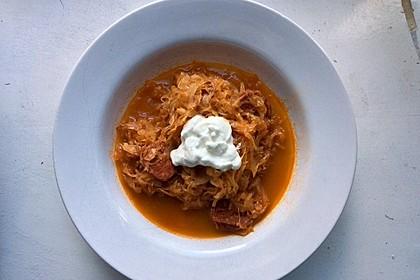 Krautsuppe mit Knoblauchwurst