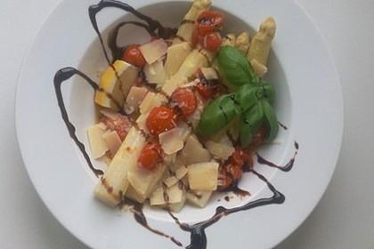 Marinierter Spargel mit Kirschtomaten und gehobeltem Parmesan 2