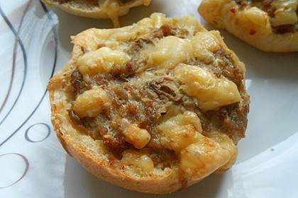 Überbackene Brötchen mit Mett und Käse 3