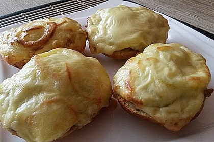 Überbackene Brötchen mit Mett und Käse 1