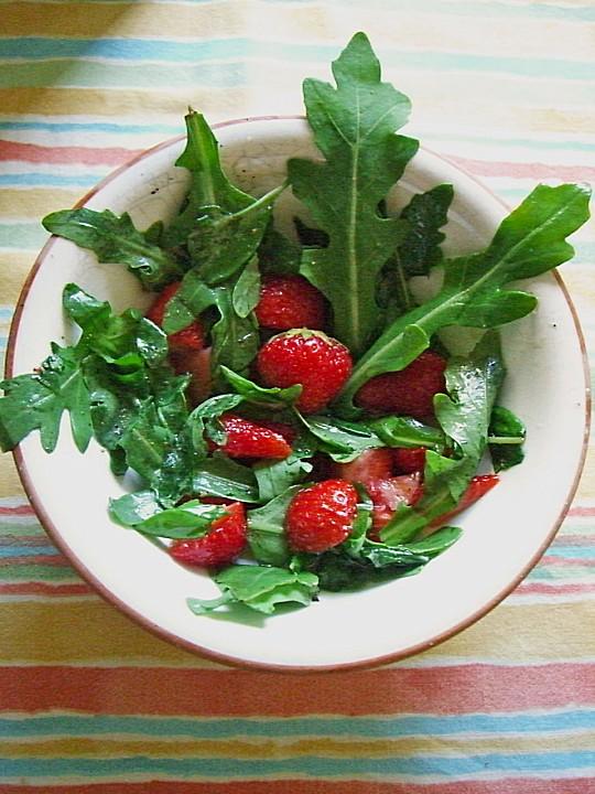 sommerlicher basilikum rauke salat mit erdbeeren von. Black Bedroom Furniture Sets. Home Design Ideas