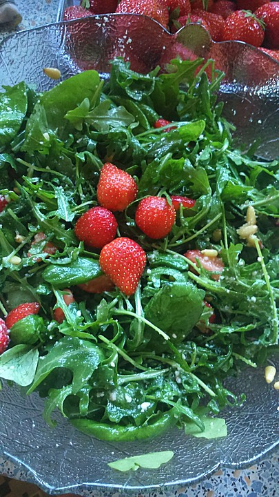 sommerlicher basilikum rauke salat mit erdbeeren. Black Bedroom Furniture Sets. Home Design Ideas