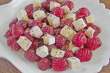 Brie auf pfeffrigen Erdbeeren