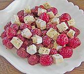 Brie auf pfeffrigen Erdbeeren (Bild)