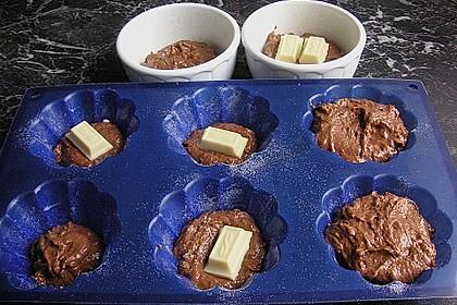Schokoladentörtchen mit flüssiger weißer Schokolade 19