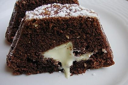 Schokoladentörtchen mit flüssiger weißer Schokolade
