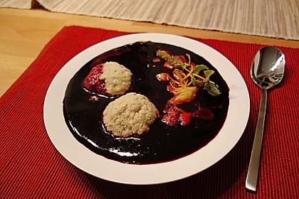 Holunderbeersuppe mit Grießklößchen