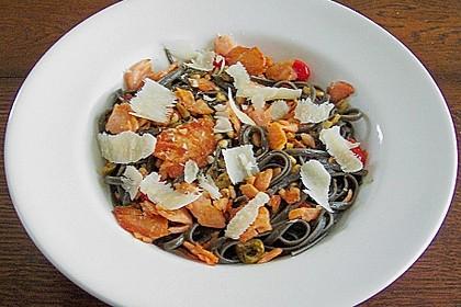 Schwarze Chili - Spaghetti mit gebratenem Räucherlachs