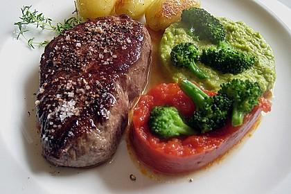 Filetsteak mit Erbsenpüree, Brokkoli und Tomatensauce