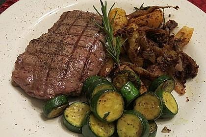 Mariniertes Steak mit Grillkartoffel und Gemüsespieß 7