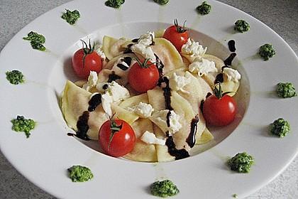 Ravioli mit Tomaten - Mozzarella Füllung, Basilikum-Pesto und Crema All´ Aceto Balsamico 0