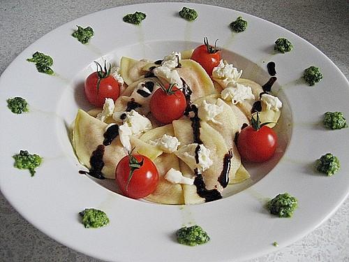 ravioli mit tomaten mozzarella f llung basilikum pesto und crema all aceto balsamico rezept. Black Bedroom Furniture Sets. Home Design Ideas