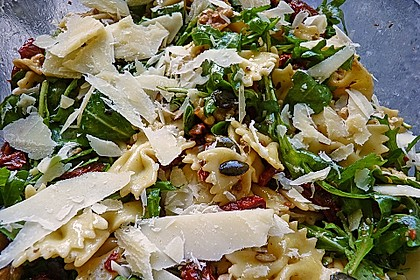 Nudelsalat, kernig, mit Rucola, Tomaten und Parmesan