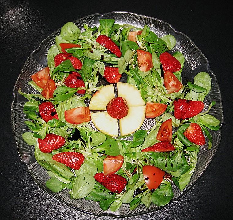 salatplatte mit feldsalat tomaten erdbeeren und ananas. Black Bedroom Furniture Sets. Home Design Ideas