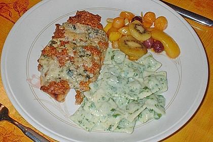 Putenschnitzel mit Bratwursthaube und Gorgonzolaschnee mit karamellisierten Tropenfrüchten und Pastalini 0