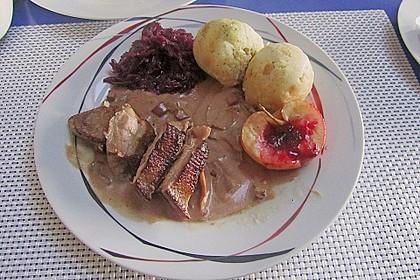 Knusprige Gänsebrust, einseitig gebraten mit Rosmarin in Waldpilz - Weinsauce 1